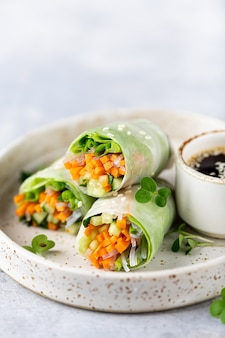 Rolinhos primavera com cenoura, pepino, cebolinha, alface e macarrão de arroz, foco seletivo