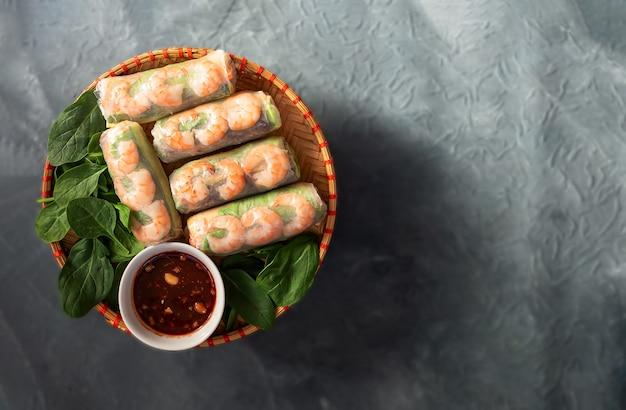 Rolinhos primavera com frango tigre camarão ervas frescas e molho picante