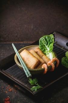 Rolinhos primavera com legumes e camarão