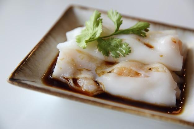 Rolinhos primavera de camarão chinês isolados em um fundo branco