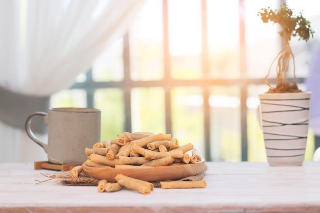 Rolinhos primavera de pato frito fino na mesa de madeira
