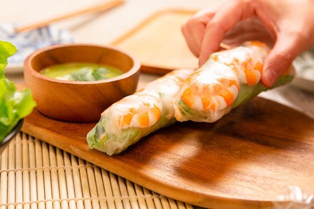 Rolinhos primavera frescos com camarão servido