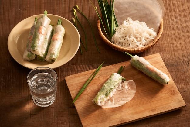 Rolinhos primavera frescos com camarões em prato de bambu