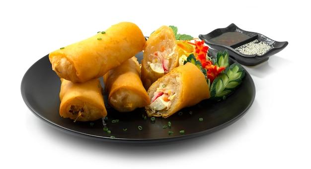 Rolinhos primavera frito prato de aperitivo comida asiática decorar legumes esculpidos estilo vista lateral