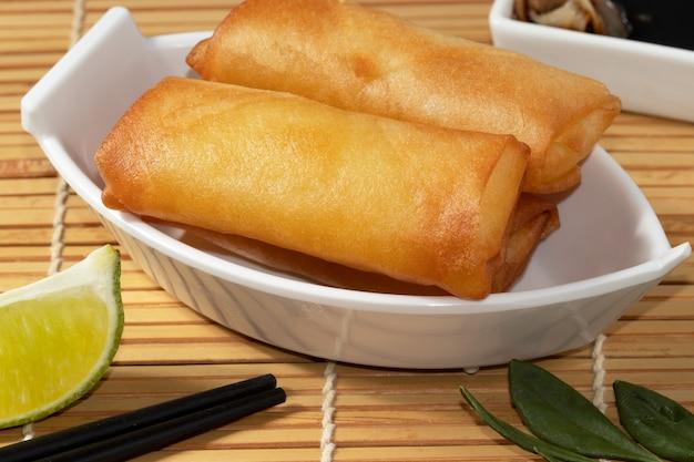 Rolinhos primavera fritos, comida asiática.