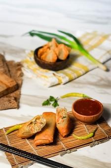 Rolinhos primavera fritos, especialidades indonésias com molho picante de pimenta