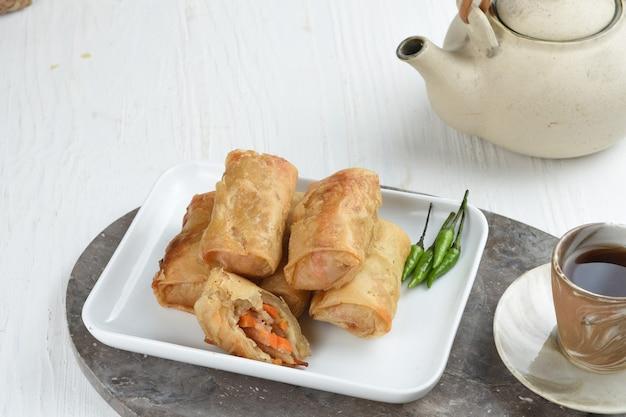 Rolinhos primavera fritos ou goreng lumpia em fundo branco