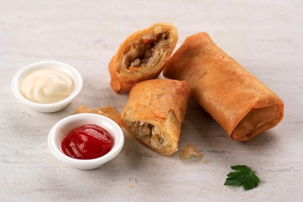 Rolinhos primavera fritos, populares como lumpia ou popia. um prato servido no jantar em família do ano novo chinês (imlek) (lumpia rebung)