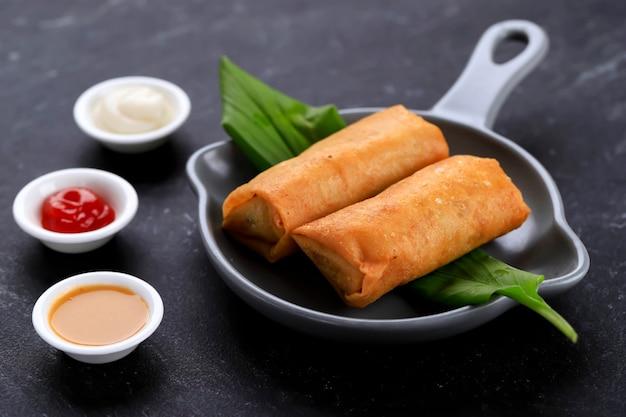 Rolinhos primavera fritos, populares como lumpia ou popia. um prato servido no jantar em família no ano novo chinês (imlek)