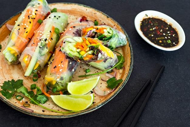 Rolinhos primavera (nem), aperitivos asiáticos frescos, feitos de papel de arroz e vegetais crus. comida vietnamita