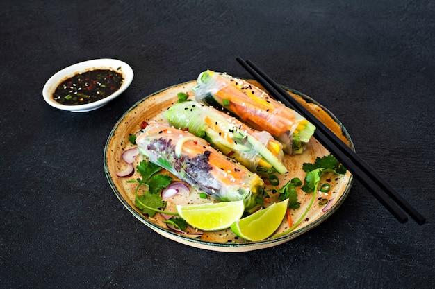Rolinhos primavera (nem), aperitivos asiáticos frescos, feitos de papel de arroz e vegetais crus. comida vietnamita Foto Premium