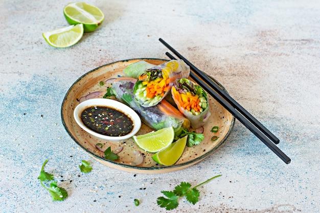 Rolinhos primavera (nem), aperitivos asiáticos frescos, feitos de papel de arroz e vegetais crus