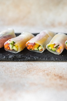 Rolinhos primavera nem vegetais em papel de arroz prato orgânico veggie vegan ou comida vegetariana