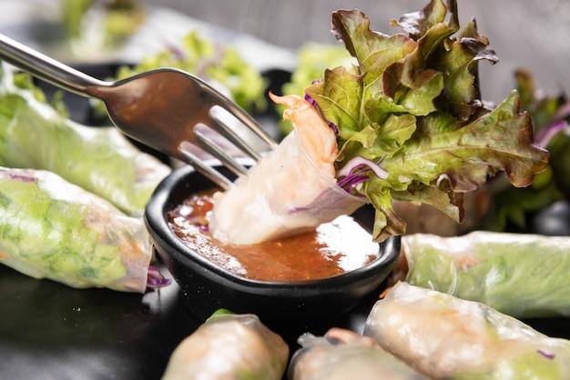 Rolinhos primavera tailandês com molho picante