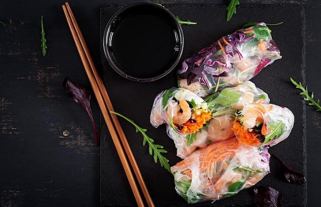 Rolinhos primavera vietnamita vegetariano com camarão picante, camarão, cenoura, pepino, repolho roxo e macarrão de arroz.