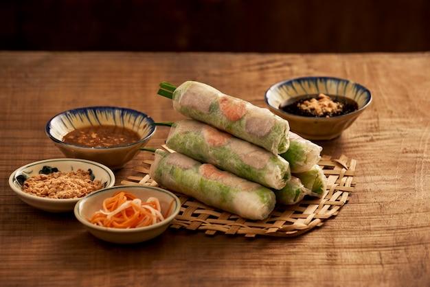 Rolinhos primavera vietnamitas frescos em um prato com salada
