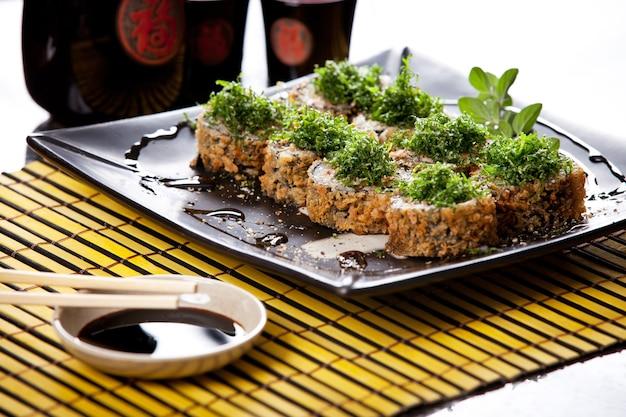 Rolinhos quentes de comida japonesa com hashi