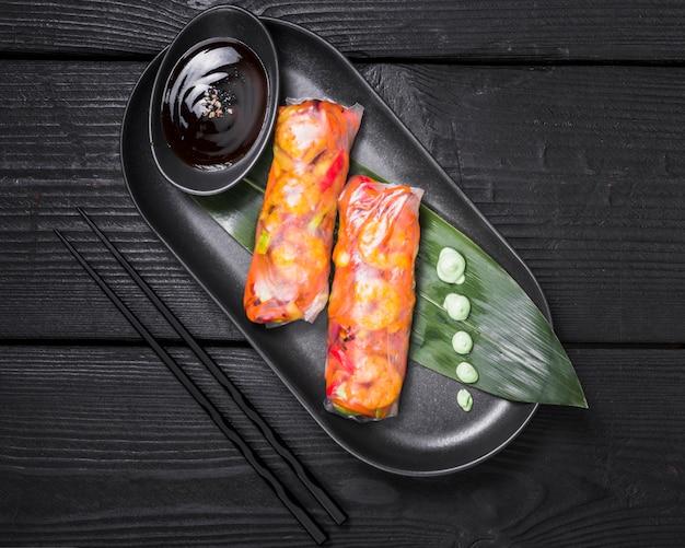 Rolinhos vietnamitas recheados com legumes