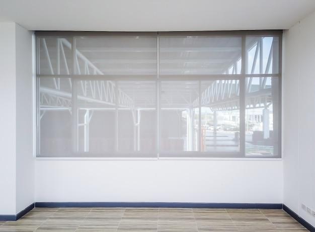 Roll blinds nas janelas. belas persianas na janela, o sol e proteção contra o calor