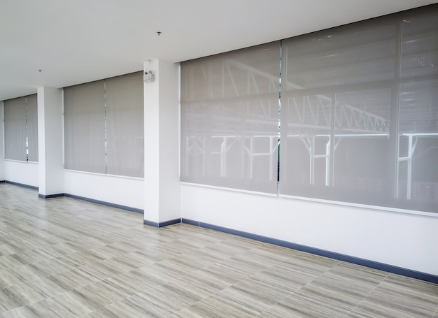 Roll blinds nas janelas. janela nas cortinas de rolo interiores. belas cortinas na janela