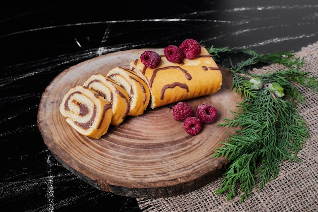 Rollcake com frutas em uma travessa.