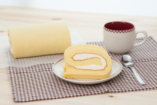 Rollcake com xícara de café