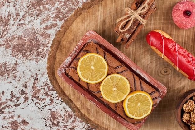 Rollcake de caramelo com bebida em uma placa de madeira.