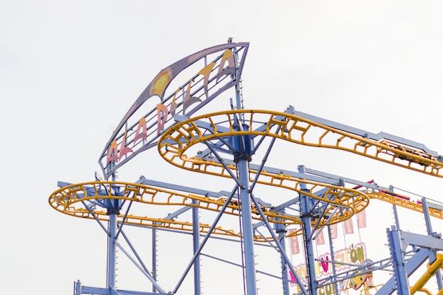 Roller coaster moderno no parque de diversões