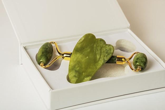 Rollerball em uma linda caixa. rolo de massagem de jade verde para cuidados com a pele facial.