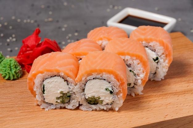 Rolls com cream cheese pepino e salmão