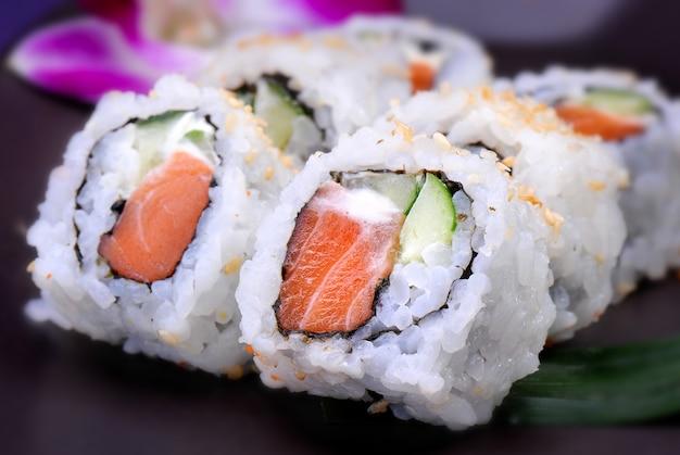 Rolo americano com salmão e abacate