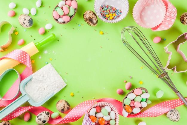 Rolo, bata para bater, cortadores de biscoito, polvilhar açúcar e farinha sobre fundo verde claro