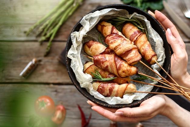 Rolo com bacon e frango picado em um ensopado com aspargos e especiarias frescas