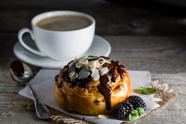 Rolo com chocolate, nozes e frutas, mesa de pedra escura