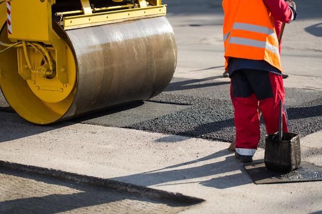 Rolo compactador compactando asfalto