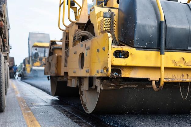 Rolo compactador durante a construção de estradas. no trabalho de asfalto. tailândia