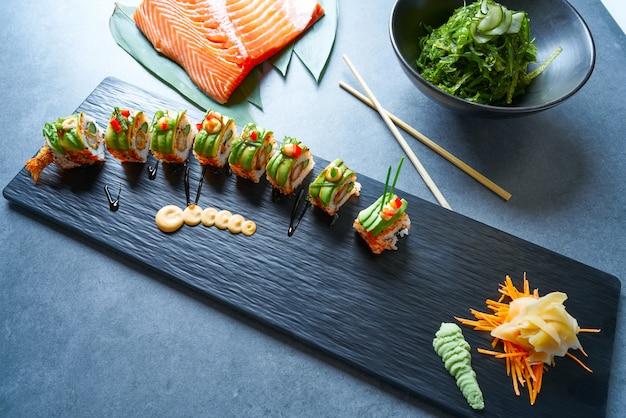 Rolo de arroz de sushi de forma de dragão com nori