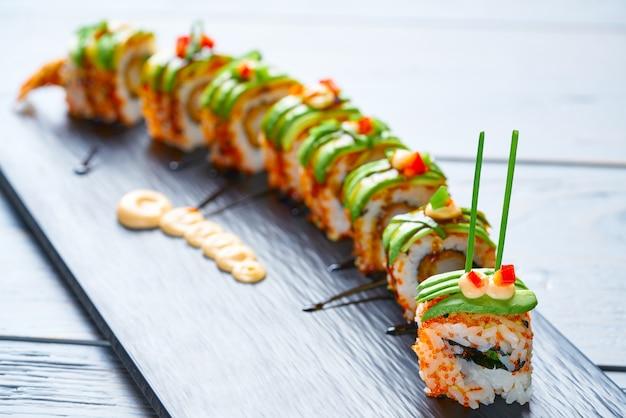 Rolo de arroz de sushi de forma de dragão