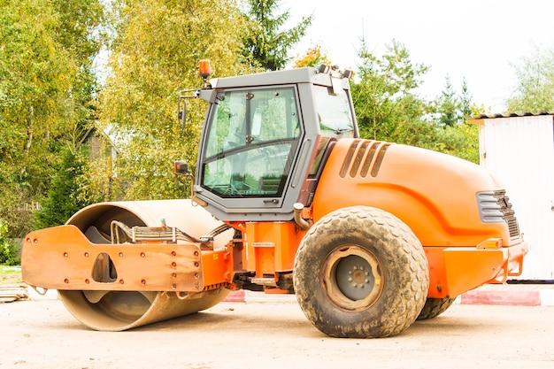 Rolo de asfalto laranja no estacionamento antes do início das obras de colocação de betume. máquina para compactação de materiais de construção soltos.
