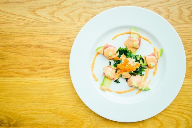 Rolo de atum com salada de abacate
