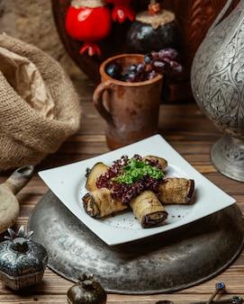 Rolo de berinjela com queijo cremoso e nozes