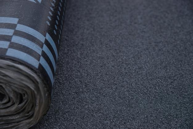 Rolo de betume impermeável coberto com materiais de isolamento