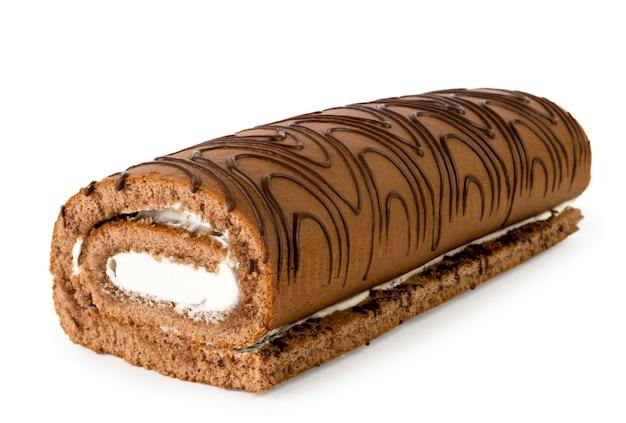Rolo de biscoito com creme close-up em um fundo branco. isolado.