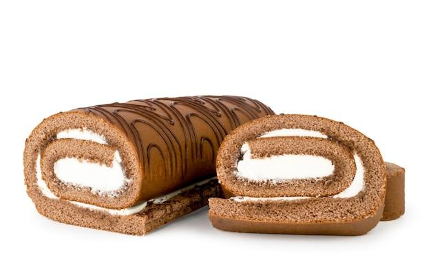 Rolo de biscoito com creme e duas fatias em um fundo branco. isolado