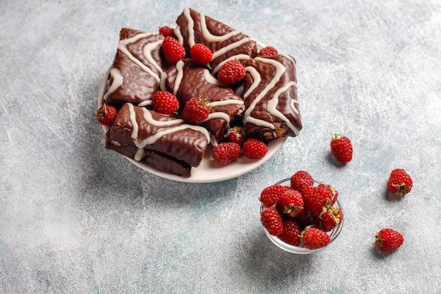 Rolo de bolo de chocolate com geleia de framboesa e creme de manteiga.