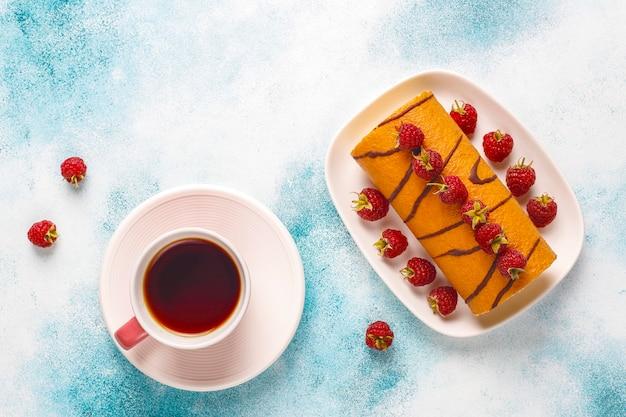 Rolo de bolo de framboesa com frutas frescas.