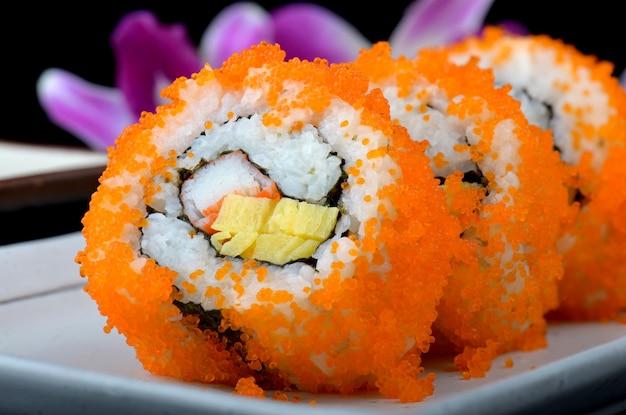 Rolo de califórnia ou rolo de sushi japonês.