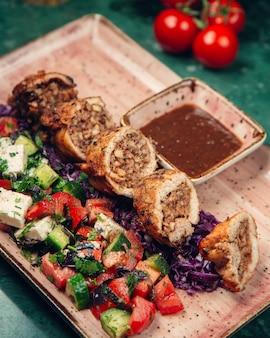 Rolo de carne com salada de pastor