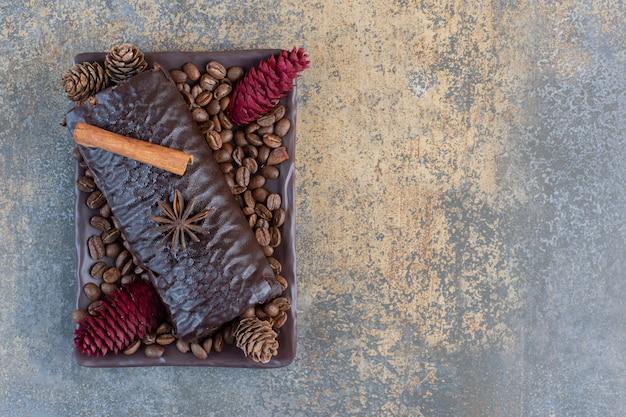 Rolo de chocolate com grãos de café e pinhas. foto de alta qualidade