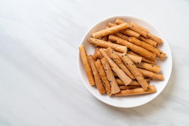 Rolo de coco crocante. um tipo de wafer enrolado, uma sobremesa tradicional na tailândia